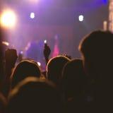 Tłum, doping i dopatrywanie, zespół na scenie Fotografia Stock