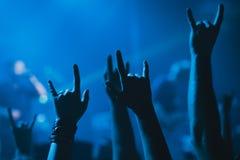 Tłum, doping i dopatrywanie, zespół na scenie Zdjęcia Royalty Free