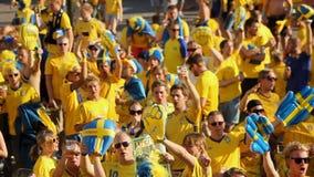 Tłum fan piłki nożnej ubierał w żółty skandować wspierający ich faworyt drużyny zdjęcie wideo