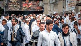 Tłum Hasidim pielgrzymi na miasto ulicie Uman, Ukraina - 21 2017 Wrzesień: Rosh Hashanah, Żydowski nowy rok zdjęcia stock