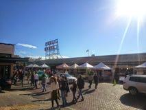 Tłum kupujący przy szczupaka miejsca Jawnym rynkiem fotografia royalty free
