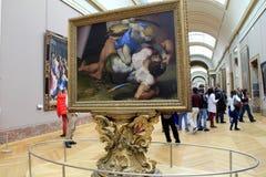 Tłum ludzie chodzi przez sala louvre, Paryż, 2016 dokąd obrazy, jak David i Goliath są na eksponacie, fotografia stock