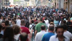 Tłum ludzie chodzi ulicy Istanbuł/Taksim/Istiklal/April/2016 zbiory