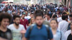 Tłum ludzie chodzi ulicy Istanbuł/Taksim/Istiklal/April/2016 zbiory wideo