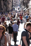 Tłum ludzie chodzi wewnątrz Przez Del Corso w Rzym (Włochy) obrazy royalty free