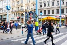 Tłum ludzie krzyżuje ulicę austriak ca zdjęcie stock