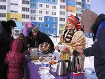 Tłum ludzie mężczyzn, dzieci i kobiety, bierze jedzenie od sprzedawców ulicznych na wakacje w Novosibirsk w zimie obraz stock