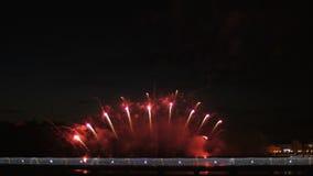 Tłum ludzie na bridżowym dopatrywaniu fajerwerk i odświętność wakacje zdjęcie wideo