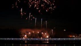 Tłum ludzie na bridżowym dopatrywaniu fajerwerk i odświętność wakacje zbiory wideo