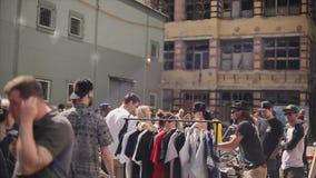 Tłum ludzie na ulicznym jarmarku Odziewać, koszula sprzedawca na zakupy dzień motyliego trawy sunny swallowtail lata festiwale zbiory