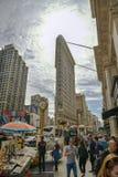 Tłum ludzie odwiedza małego rynek na Flatiron budynku placu przed jeden popularni punkty zwrotni w Miasto Nowy Jork zdjęcia stock