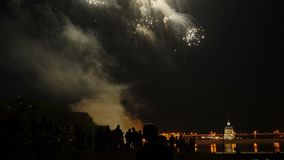 Tłum ludzie ogląda kolorowych fajerwerki i świętuje zbiory wideo