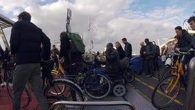Tłum ludzie Opuszcza prom W Amsterdam Centraal staci holandiach Holandia zbiory
