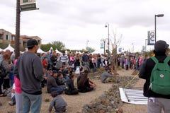 Tłum ludzie przy królowej zatoczki Blokowym przyjęciem, królowej zatoczka, Arizona Zdjęcie Stock