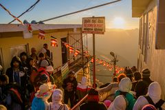 Tłum ludzie przy wierzchołkiem Adam ` s szczytu góra fotografia stock
