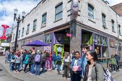 Tłum ludzie uszeregowywa na zewnątrz sławnych wudu Donuts w w centrum Portland zdjęcie stock