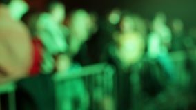 Tłum ludzie w dyskoteka tanu pod lekką muzyką zbiory