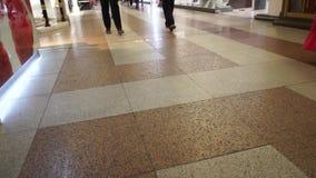 Tłum ludzie W zakupy centrum handlowym stopy chodzić zbiory wideo