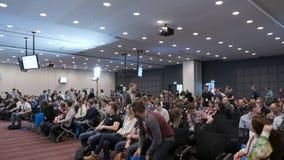 Tłum ludzie wchodzić do konferencyjny audytorium zbiory wideo