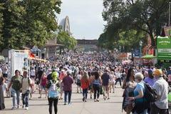 Tłum ludzie wzdłuż alei przy Minnestoa stanu jarmarku duri Zdjęcia Stock