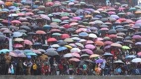 Tłum ludzie z ich parasolami podczas Bedeinkhlam festiwalu przy Jowai fotografia royalty free