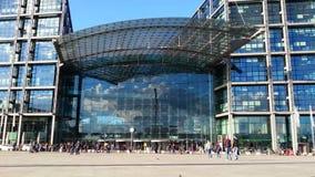 Tłum ludzie zbliża wielkiego zakupy centrum handlowe Nowożytny betonu i szkła budynek zbiory wideo