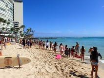 Tłum ludzie zegarka michaelita pieczętuje sztukę na Kaimana plaży Zdjęcia Royalty Free