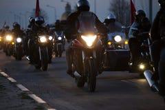 Tłum motocykliści przy nocą na drodze fotografia royalty free