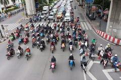 Tłum motocyklu stojak w czerwonym światła ruchu Obrazy Royalty Free