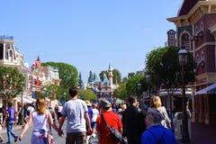 Tłum na głównej ulicie Disneyland Obrazy Royalty Free