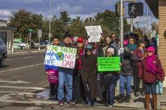 Tłum protestujący maszeruje wzdłuż głównej ulicy Zdjęcie Stock