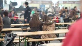 Tłum przy festiwalem na ławkach zbiory