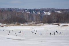 Tłum rybacy na zamarzniętej rzece na Pogodnym zima dniu zdjęcia royalty free