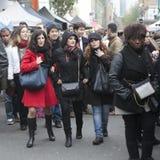 Tłum sceny Covent ogród Dziewczyna w czerwonym żakiecie i czarny szalik chodzimy na ulicie Zdjęcia Stock