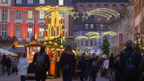 Tłum turyści chodzi wokoło kwadrata podczas Bożenarodzeniowego jarmarku na tle iluminujący sklepy zbiory wideo