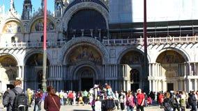 Tłum turyści i ptaki przy bazyliką Świątobliwy Mark zdjęcie wideo