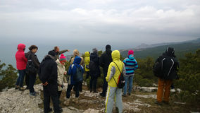 Tłum turyści na wzgórzu widzii panoramicznego widok od wierzchołka Zdjęcie Royalty Free