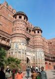 Tłum turyści odwiedza Czerwonego fort Agra na Styczniu 28, 2014 w Agra, Uttar Pradesh, India. Fort jest starym Mughal imperium cap Zdjęcie Royalty Free