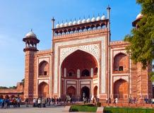 Tłum turyści przechodzi przez bramy odwiedzać Taj Mahal na Styczniu 28, 2014 w Agra, Uttar Pradesh, India. Zdjęcie Stock