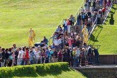 Tłum turyści przy siklawa schodkami Uroczysta kaskada w parku Peterhof, Rosja Obraz Royalty Free