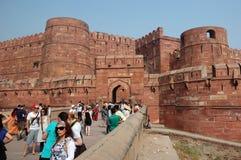 Tłum turyści wchodzić do sławnego Agra fort, India Obraz Stock