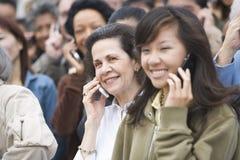 Tłum Używa telefony komórkowych zdjęcie stock