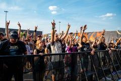 Tłum w koncercie przy ściąganie ciężkiego metalu festiwalem muzyki obraz stock