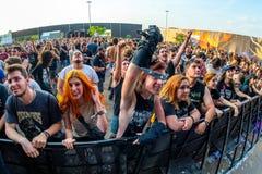 Tłum w koncercie przy ściąganie ciężkiego metalu festiwalem muzyki fotografia royalty free