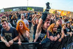 Tłum w koncercie przy ściąganie ciężkiego metalu festiwalem muzyki obrazy royalty free