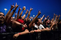 Tłum w koncercie przy ściąganie ciężkiego metalu festiwalem muzyki fotografia stock