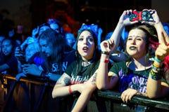 Tłum w koncercie przy ściąganie ciężkiego metalu festiwalem muzyki obraz royalty free