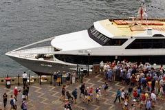 Tłum Wsiadać na statek na rejs łodzi Fotografia Stock