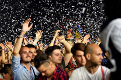 Tłum z nastroszonymi rękami przy żywym koncertem Fotografia Stock