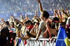 Tłum z nastroszonymi rękami przy żywym koncertem Zdjęcie Stock